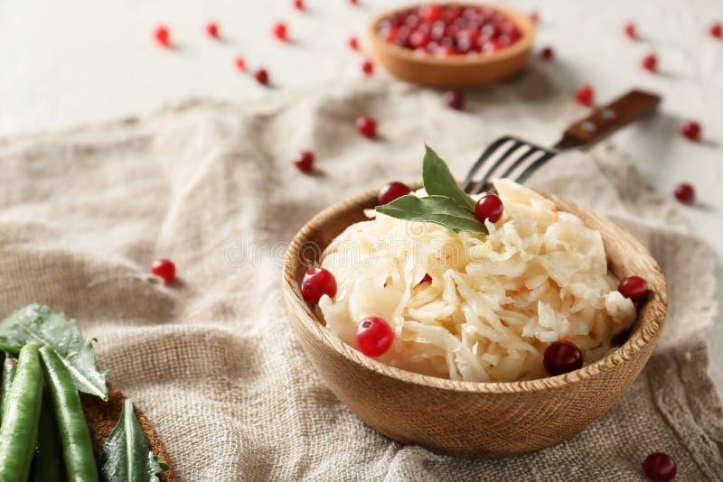 碗用可口德国泡菜和蔓越桔在餐巾 图库摄影