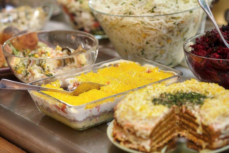 碗用各种各样的食物在自已服务餐馆 免版税库存图片
