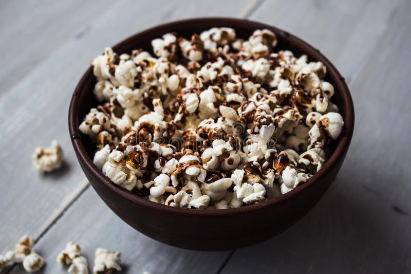 碗用在木头的巧克力玉米花 图库摄影