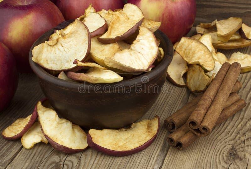 碗用干苹果,在一张老木桌上 库存照片