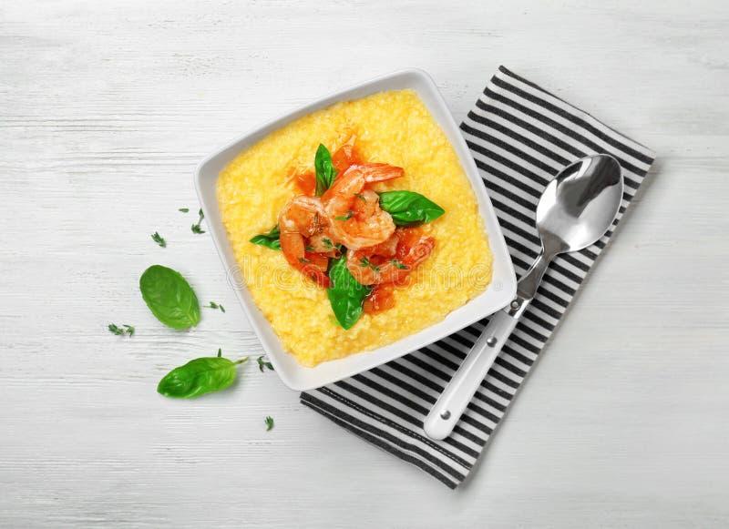 碗用新鲜的鲜美虾和沙粒 库存图片