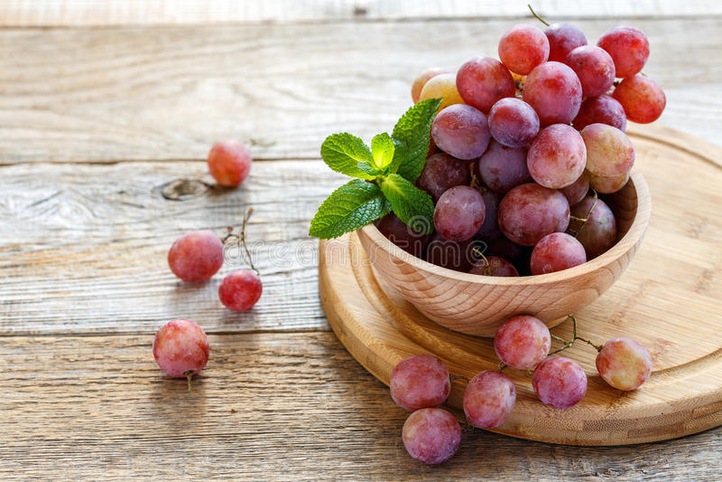 碗用桃红色葡萄 免版税库存图片