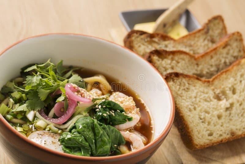 碗用汤和虾在棍子之间 库存照片