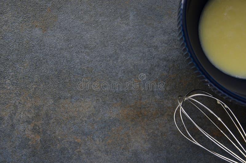 碗用炒蛋和飞奔在灰色桌上 准备新鲜的煎蛋卷 免版税图库摄影