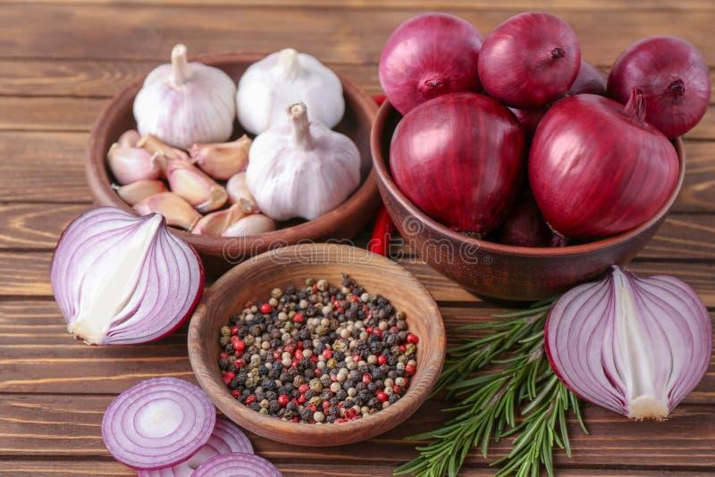 碗用红洋葱,大蒜 免版税库存照片
