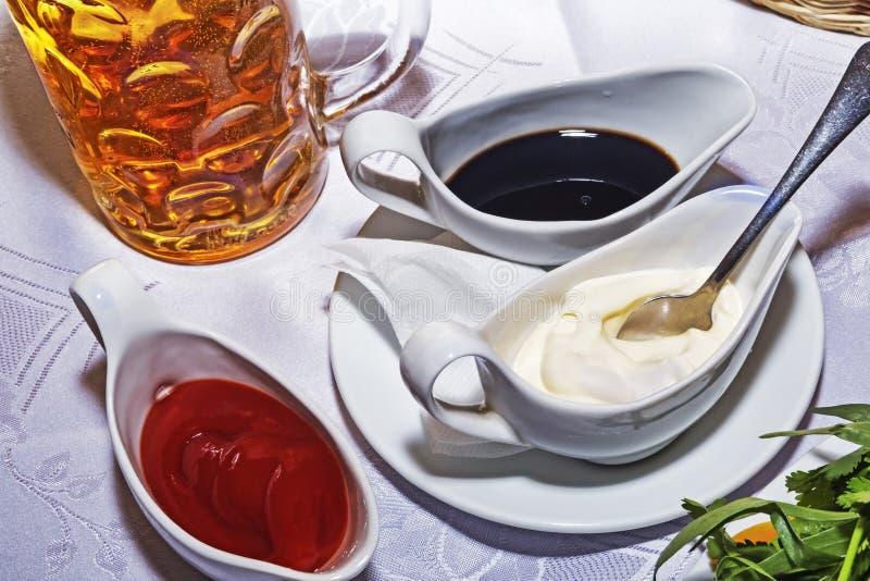 碗用辣调味汁和酸性稀奶油 图库摄影