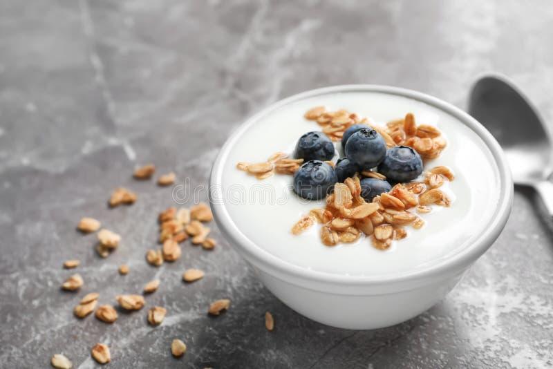 碗用酸奶、莓果和格兰诺拉麦片 库存图片