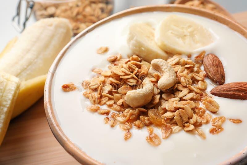碗用酸奶、香蕉和格兰诺拉麦片 图库摄影