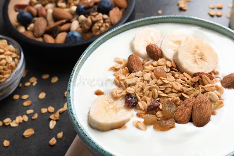 碗用酸奶、香蕉和格兰诺拉麦片 库存照片