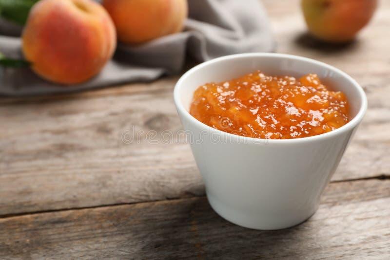 碗用鲜美桃子果酱 免版税库存图片