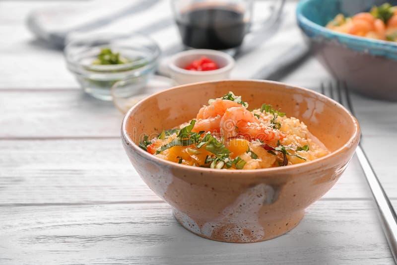 碗用鲜美虾和沙粒 免版税库存图片