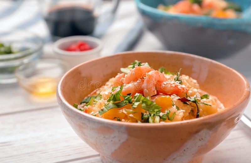 碗用鲜美虾和沙粒 库存图片