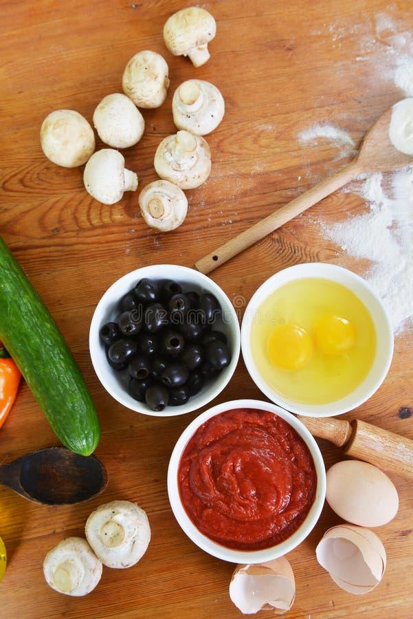 碗用鸡蛋和橄榄 免版税库存照片