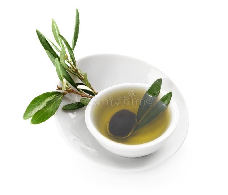 碗用黑橄榄和油在白色背景 免版税库存照片