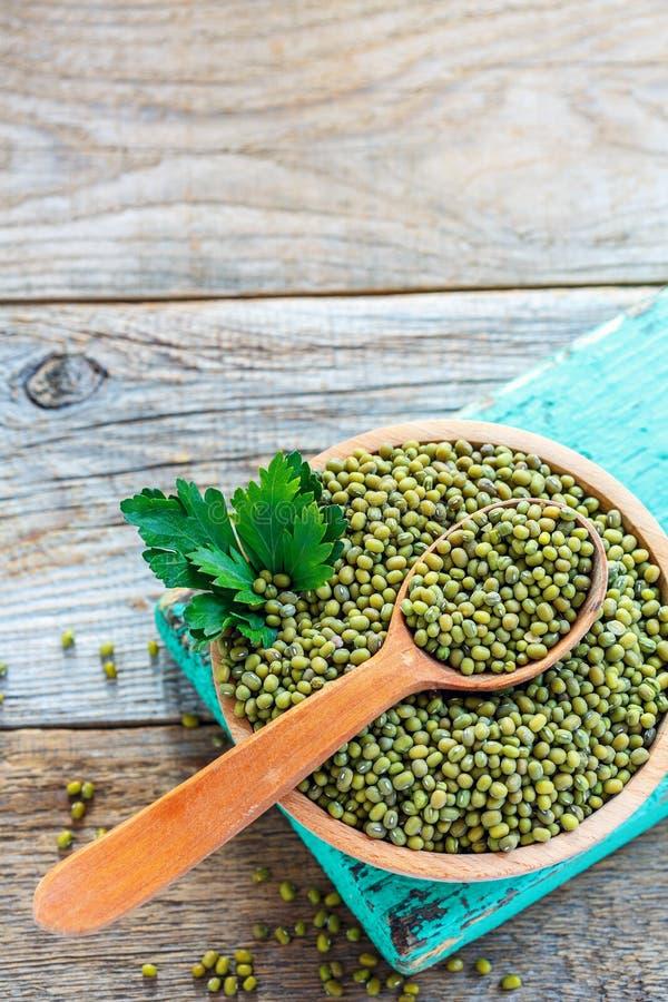 碗用绿色绿豆和荷兰芹 免版税库存照片