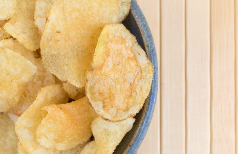 碗盐和醋调味了土豆片 库存照片