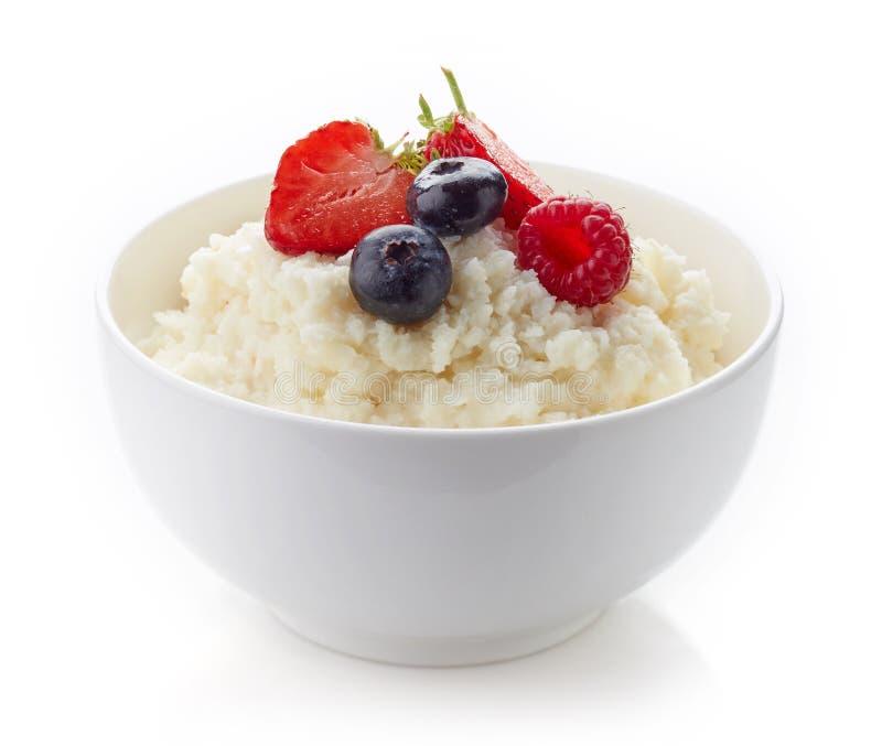 碗米剥落在白色隔绝的粥 库存图片