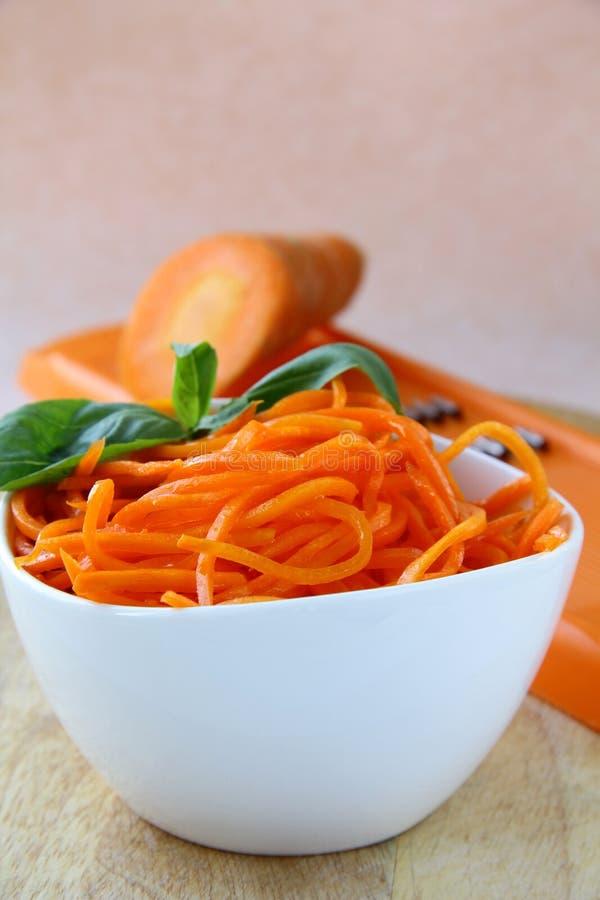 碗红萝卜沙拉白色 免版税图库摄影
