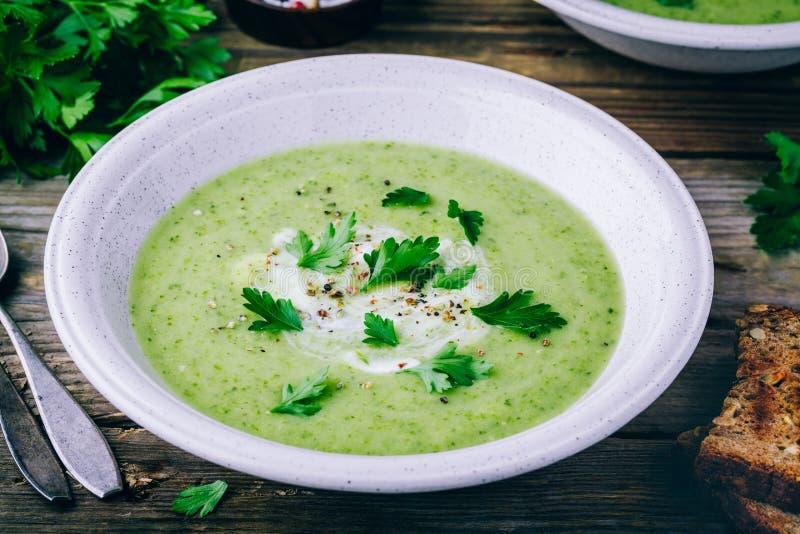 碗绿色夏南瓜奶油汤用新鲜的荷兰芹 免版税库存图片