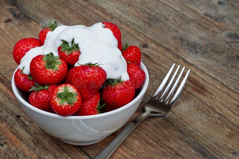 碗草莓和奶油 免版税库存图片