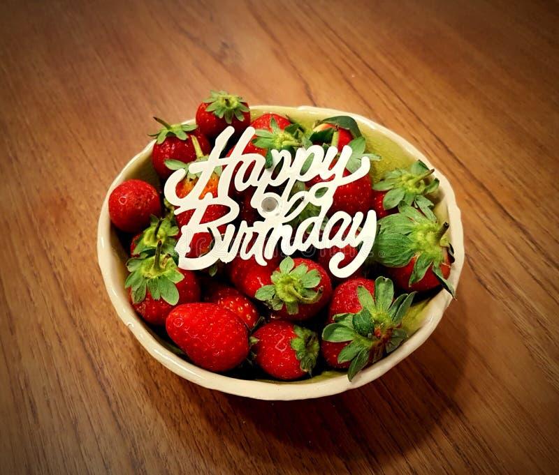 碗草莓:生日礼物 免版税库存照片