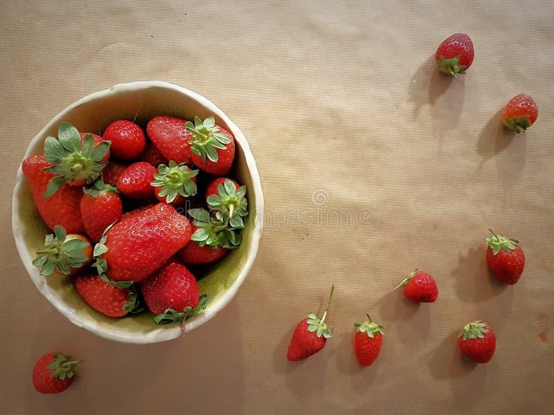 碗草莓:问候的完善的背景 免版税库存图片
