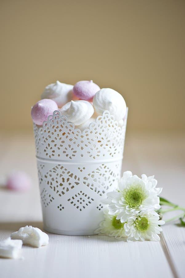 碗蛋白甜饼 免版税图库摄影