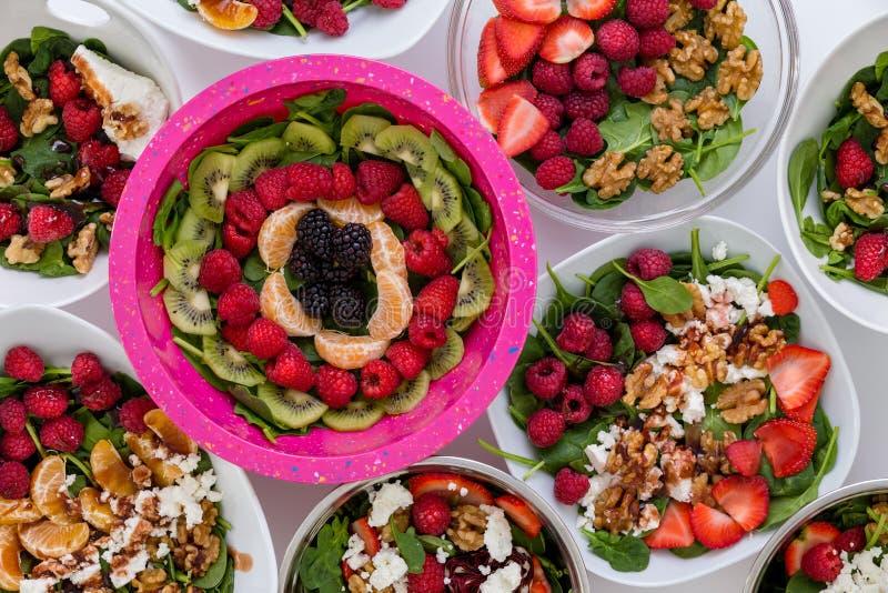 碗被分类的新鲜的沙拉用果子和坚果 免版税图库摄影