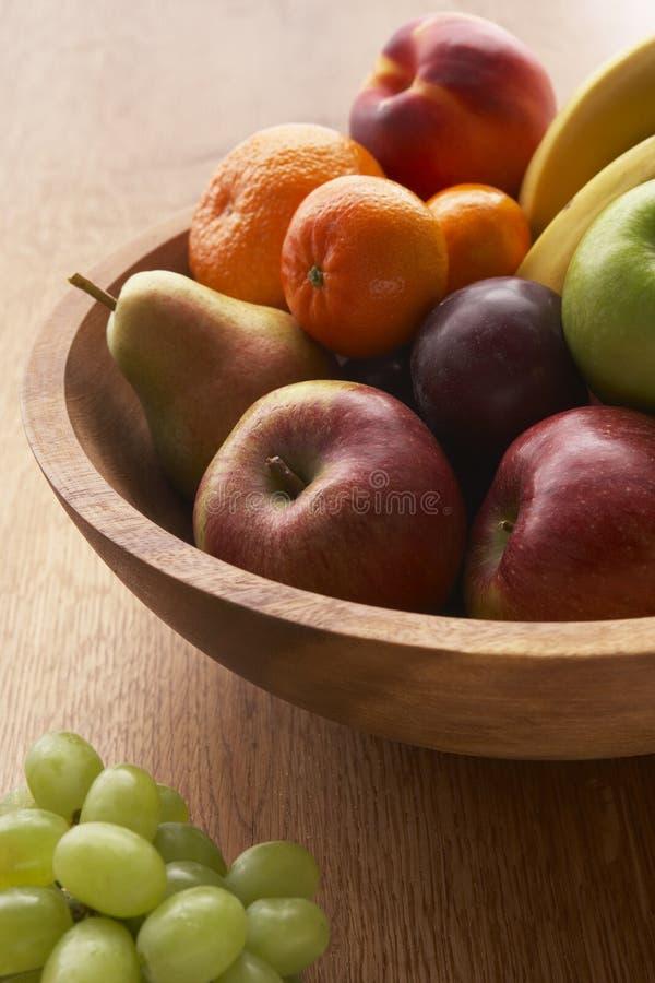 碗被装载的新鲜水果种类 库存照片