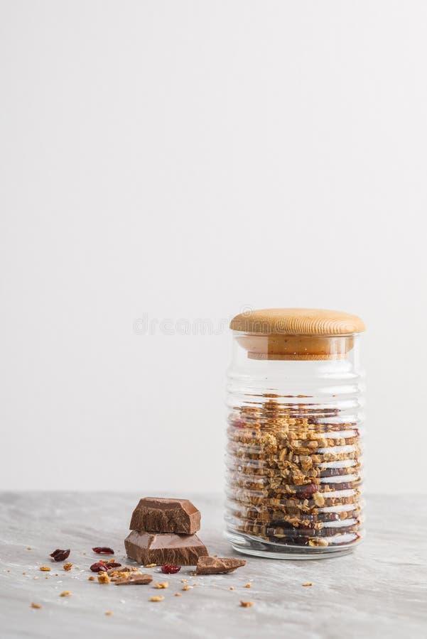 碗顶上的看法有格兰诺拉麦片的用椰子和巧克力 免版税图库摄影