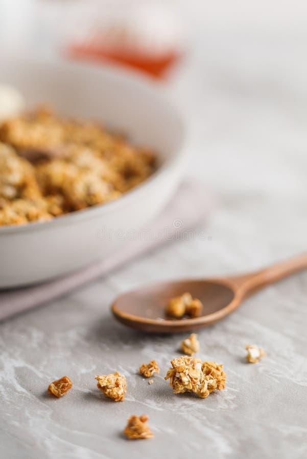 碗顶上的看法有格兰诺拉麦片的用椰子和巧克力 免版税库存图片