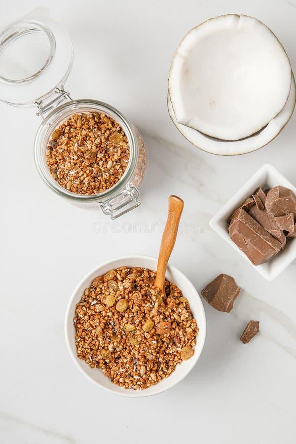碗顶上的看法有格兰诺拉麦片的用椰子和巧克力 库存照片