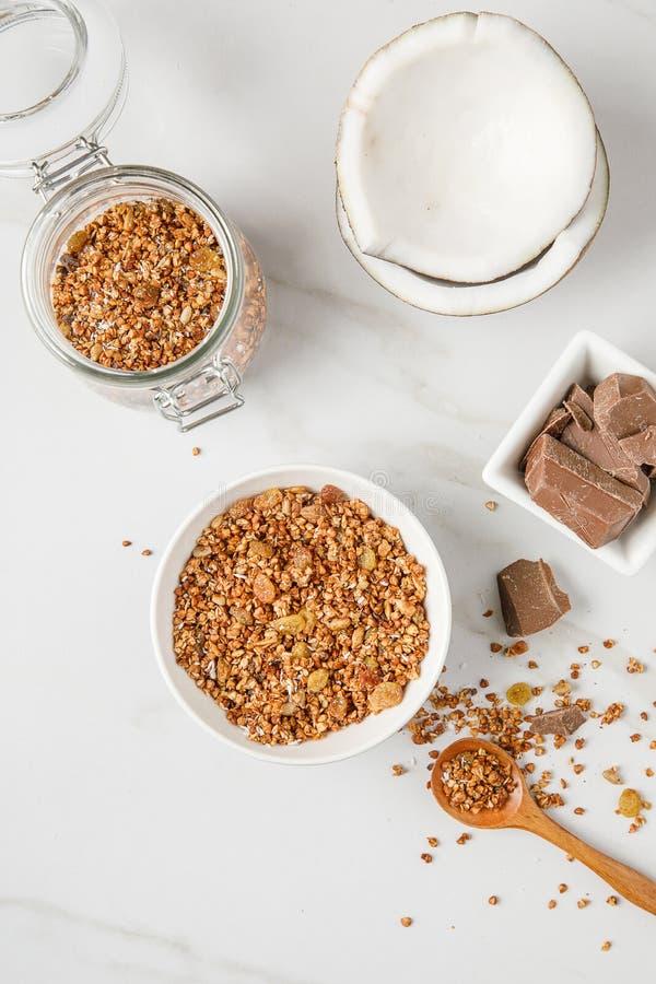 碗顶上的看法有格兰诺拉麦片的用椰子和巧克力 免版税库存照片