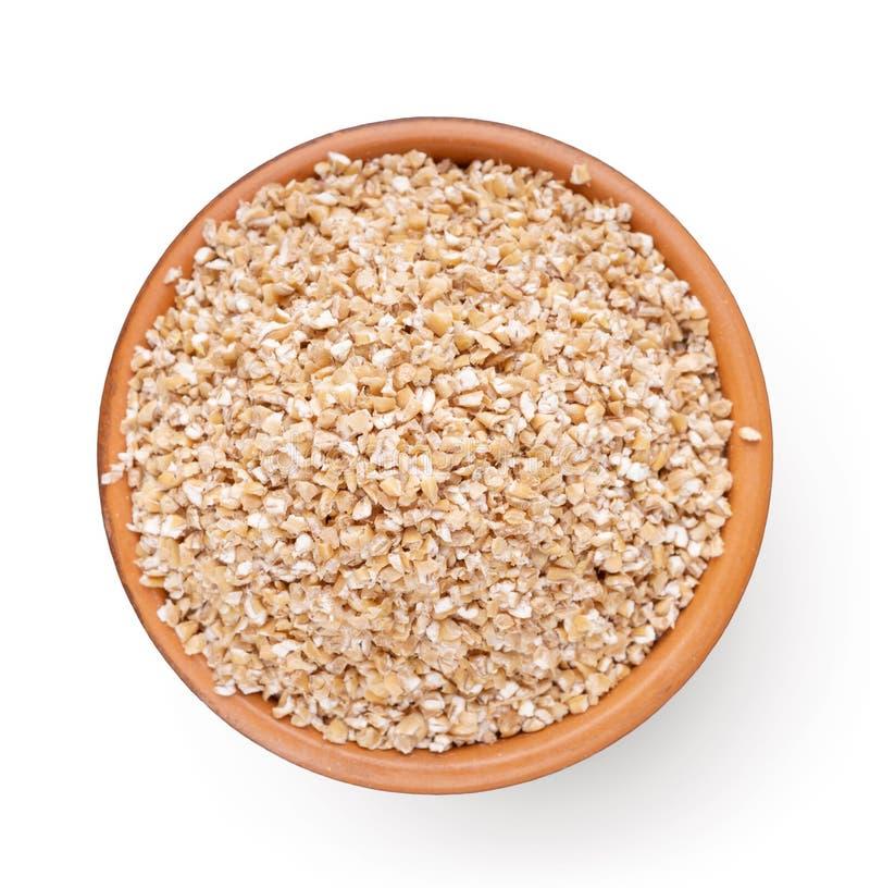 碗顶视图有在白色隔绝的大麦沙粒的 免版税库存图片