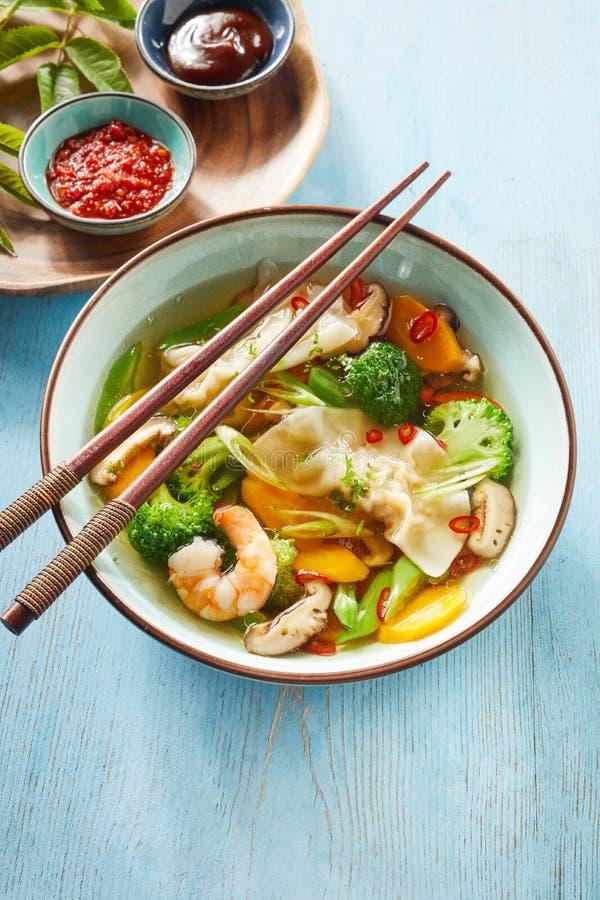 碗鲜美中国馄饨汤用饺子 库存图片