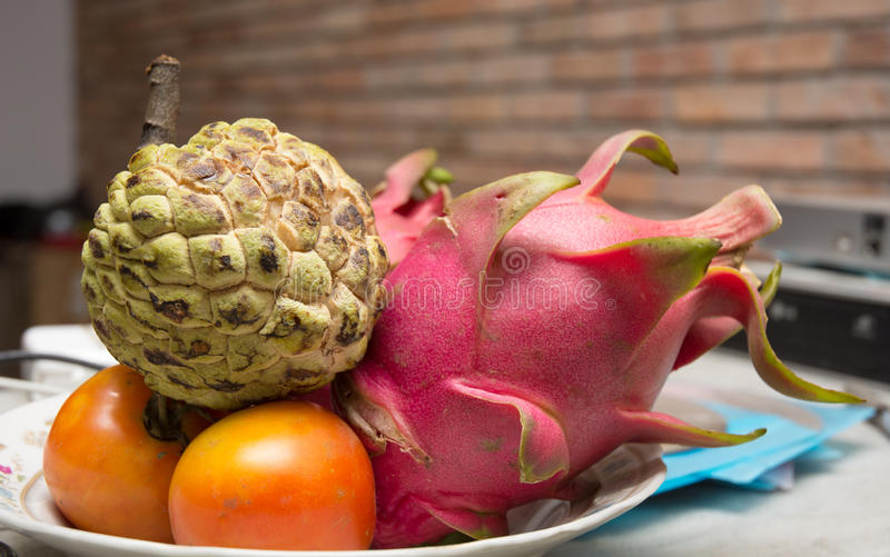 碗从湄公河三角洲的热带水果 库存照片