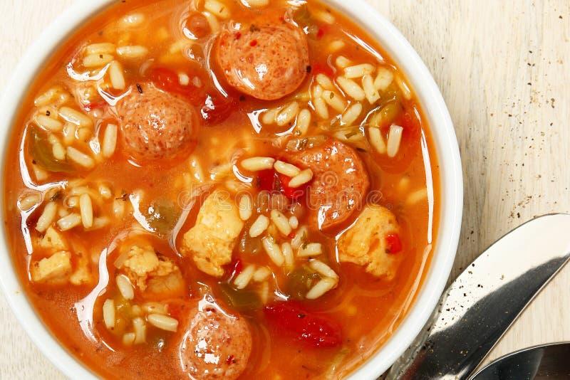 碗Cajun辣鸡和香肠浓汤汤 免版税库存照片