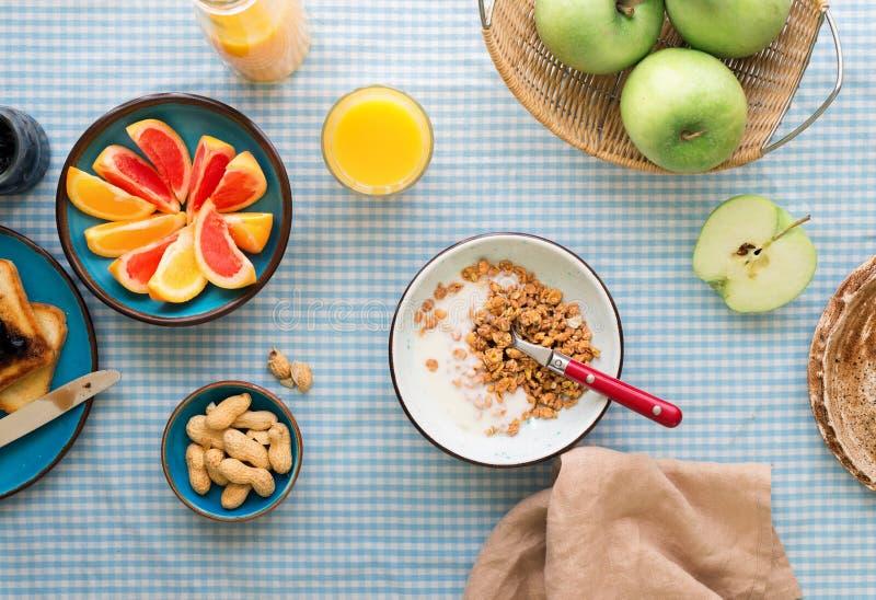 碗muesli用在桌上的酸奶 健康早餐桌 库存照片