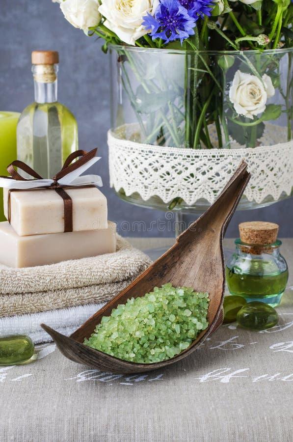 碗od绿浪盐,手工制造肥皂,精油酒吧和 库存照片