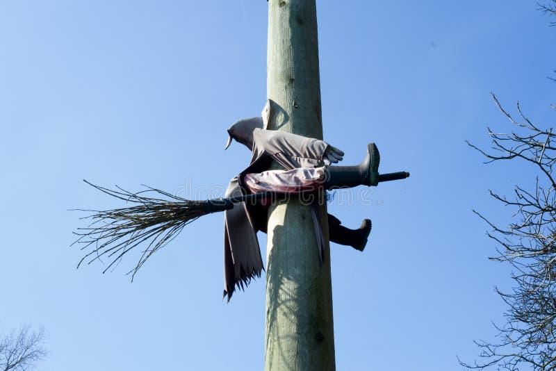 碰撞入杆的巫婆在万圣夜 免版税库存照片