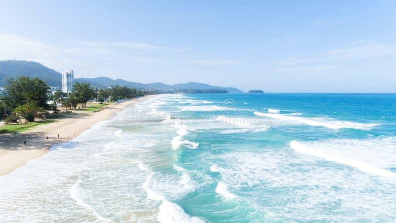 碰撞在含沙岸的美丽的波浪在karon海滩在普吉岛 免版税图库摄影