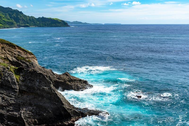 碰撞在多岩石的海滩巴丹群岛省菲律宾的波浪 免版税库存图片