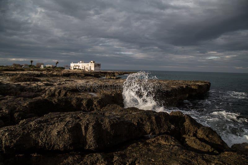 碰撞在岩石的波浪在普利亚 库存图片