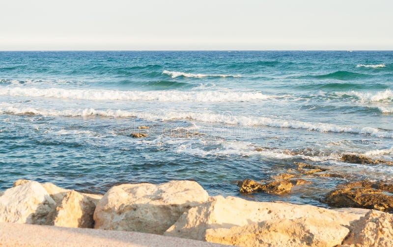 碰撞在岩石的海波浪 波浪崩溃 图库摄影