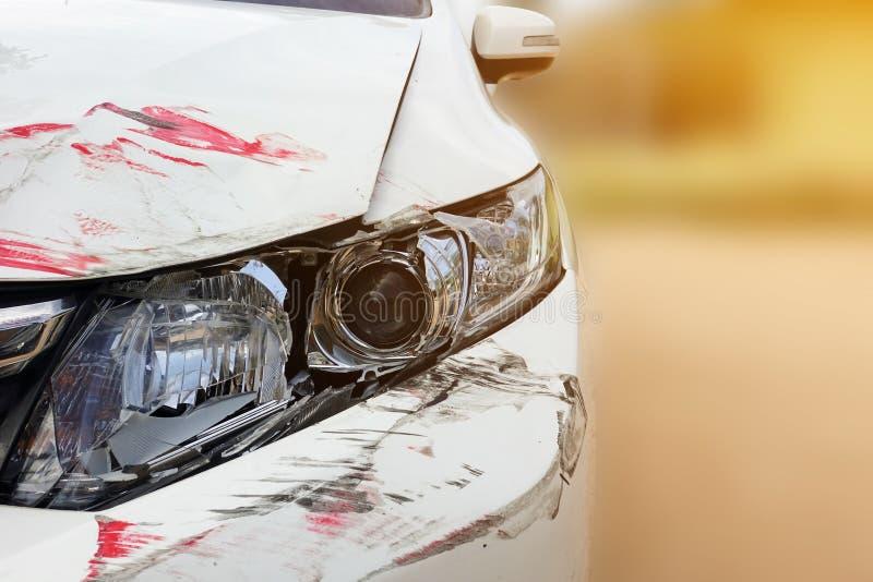 碰撞在白色汽车前面前灯  库存图片