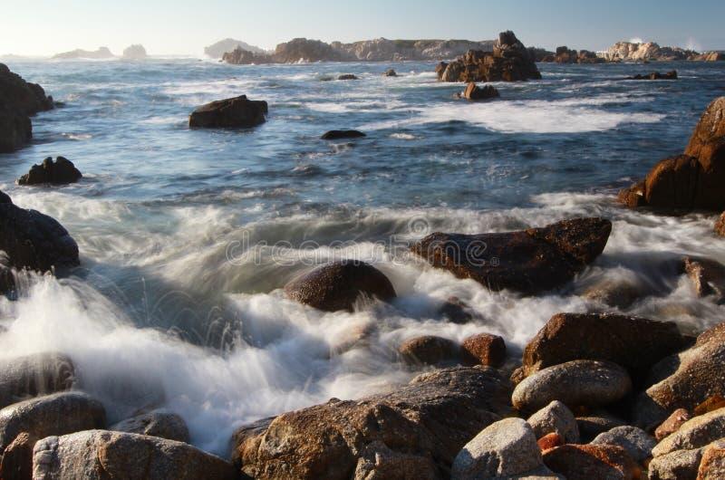 碰撞在Asilomar岩石海岸线的波浪在17英里驱动和蒙特里附近陈述海洋储备在帕西菲克格罗夫,加利福尼亚 库存照片