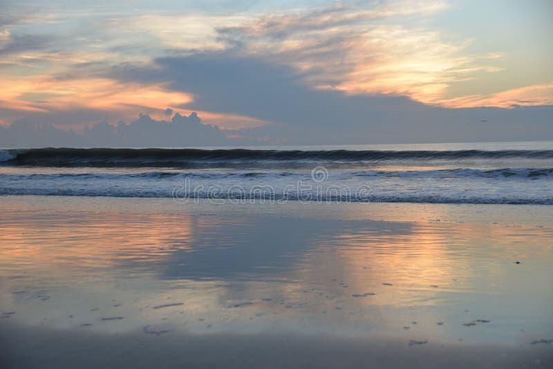 碰撞的哀悼的天空在一个小潮汐水池被反射 免版税库存照片