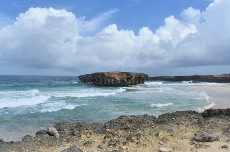以碰撞的波浪和离开的Bea为目的贫瘠海景 免版税库存图片