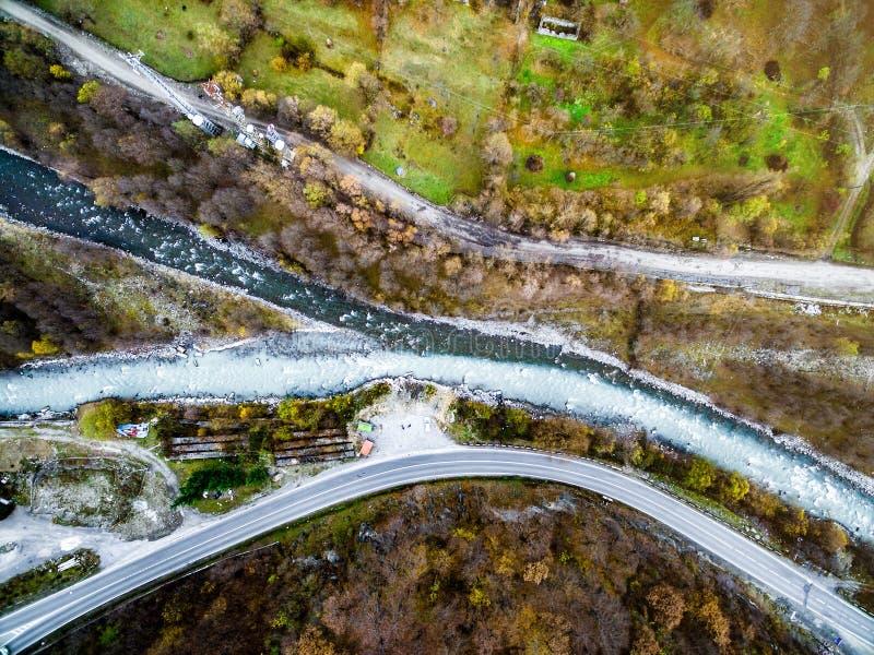 碰撞Aragvi河的小河,乔治亚,空中 免版税库存图片