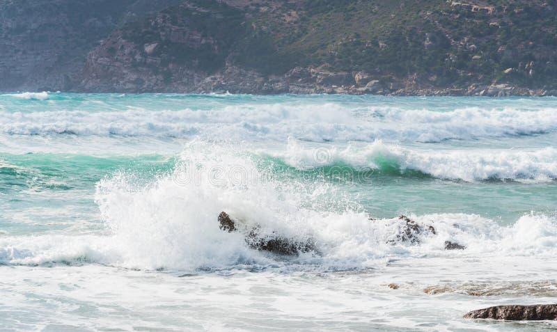 碰撞ona岩石的波浪在耶老岛的波尔图 库存照片